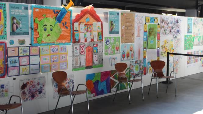Kinderen fleuren vaccinatiecentrum op met tekeningen