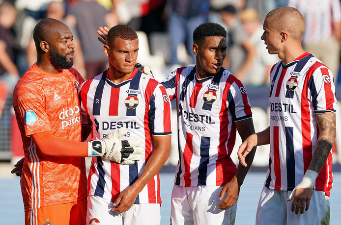 Kenneth Vermeer (links) troost Justin Ogenia. De invaller was gisteren de schlemiel bij Willem II.