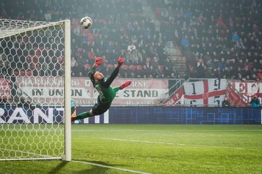 FC Twente-doelman Joël Drommel haalt een bal uit de kruising.