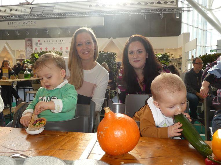 Moeder Wendy Tameling met Wess en moeder Els Pinxt met Nolan, die net groente leert eten Beeld Schuim