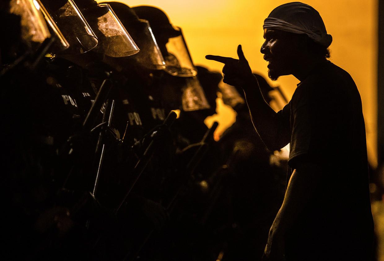 Confrontatie tussen een demonstrant en de politie in Tucson, Arizona.
