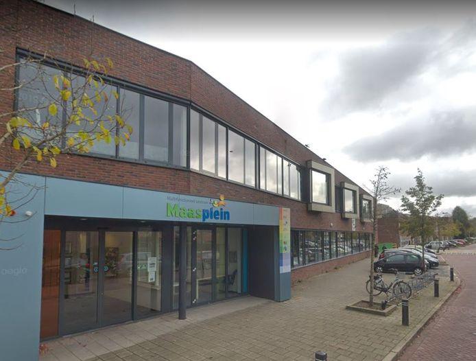 De ouders van het 5-jarige meisje willen dat de school, die is gevestigd in multifunctioneel centrum Maasplein, actie onderneemt.