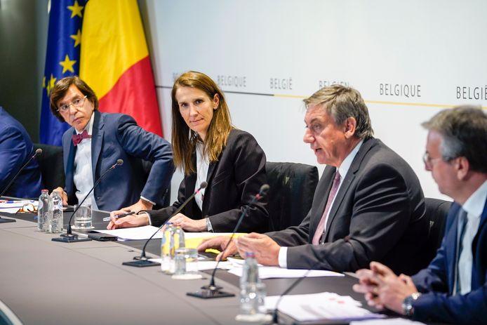 Premier Wilmès geflankeerd door ministers-presidenten Di Rupo, Jambon en Jeholet. De regeringen hebben een verantwoordelijkheid in het hoge aantal coronadoden, vindt 60% van de Belgen.