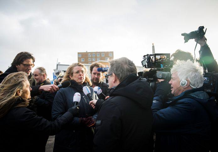 De Haagse burgemeester Pauline Krikke spreekt in Scheveningen met een boze buurtbewoner in het gebied waar de schade is ontstaan door de door lucht vliegende vonken van het grote vreugdevuur op het strand bij Scheveningen.