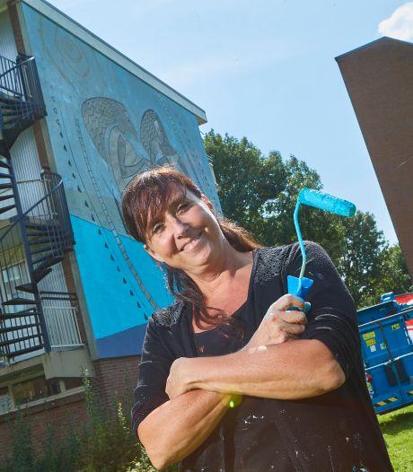 Zutphense kunstenares schildert bloemen en planten op 12 Rotterdamse flatverdiepingen: 'Mijn grootste klus dit jaar'