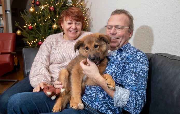 Hans en Lyda Kaldeway met hun 12 weken oude pup Mick.