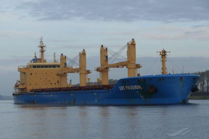 Het vrachtschip Life Passion ligt al twee weken aan de ketting voor onze kust.