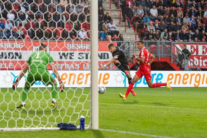 Ciro Immobile  is Jayden Oosterwolde te snel af en schiet de bal langs Lars Unnerstall binnen.