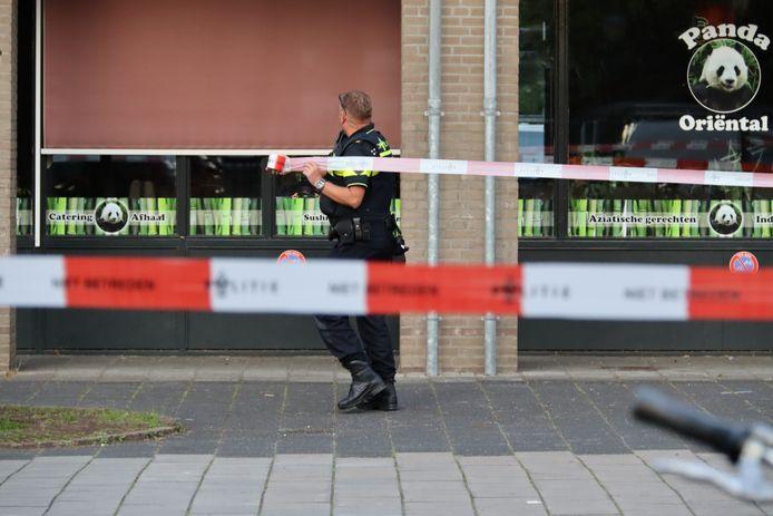 Een agent zet de omgeving af na het steekincident in Maarssen.