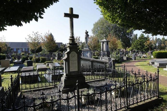 De rooms-katholieke begraafplaats Molenstraat in Helmond biedt allerhande mogelijkheden, van een luxe graf ter waarde van 25.000 euro tot een simpele grafsteen met lage onderhoudskosten. foto Ton van de Meulenhof