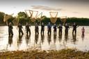 De sportvissers die vrijwillig naar verdwaalde vissen speuren in weilanden rondom de Maas bij Noord-Limburg en Land van Cuijk.
