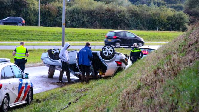 Auto vliegt over de kop in Zutphen: inzittenden hebben geluk
