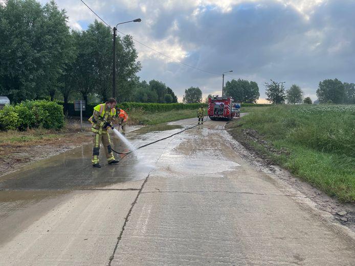De brandweer spoot en schraapte de modder van het parcours van het BK wielrennen in Waregem.