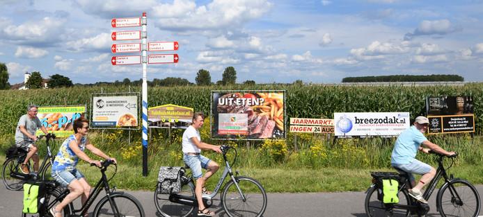 Eck en Wiel Op de rotonde van de provincialeweg Zwarte Paard/Tielseweg moet jevier maal  rondrijden om alle reclameborden te kunnen lezen.