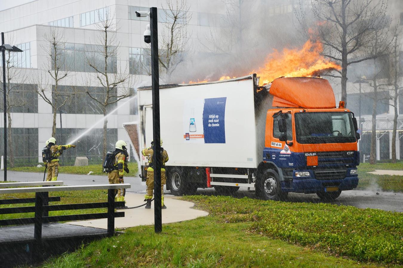 Brandende vrachtwagen in Breda.