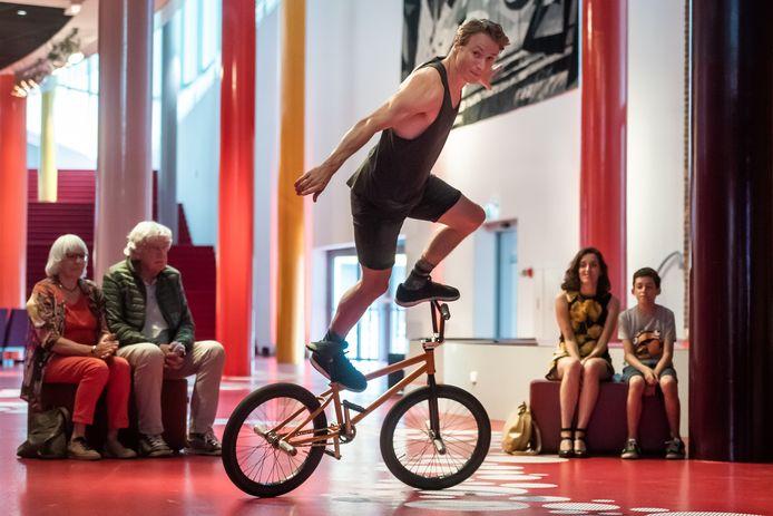 Het Laat Licht Festival in het Chassé Theater. Dez Maarsen in actie op zijn BMX-fiets.