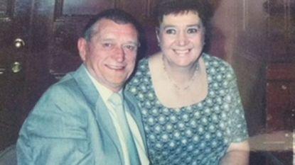 Vrouw wordt 40 jaar lang geknuffeld door echtgenoot in asbestkleren, en sterft aan de gevolgen