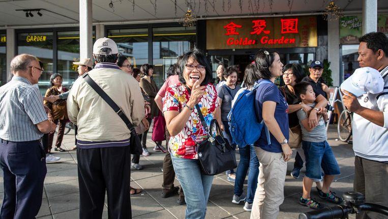 Wat doen al die Chinese toeristen op het Delflandplein? Beeld Dingena Mol