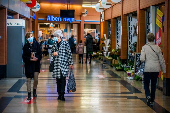 Winkelcentrum de Reigerhof in Nieuwerkerk aan den IJssel in tijden van corona. Volgens de ChristenUnie/SGP in Zuidplas blijft er steungeld van het rijk bij de gemeente op de plank liggen.