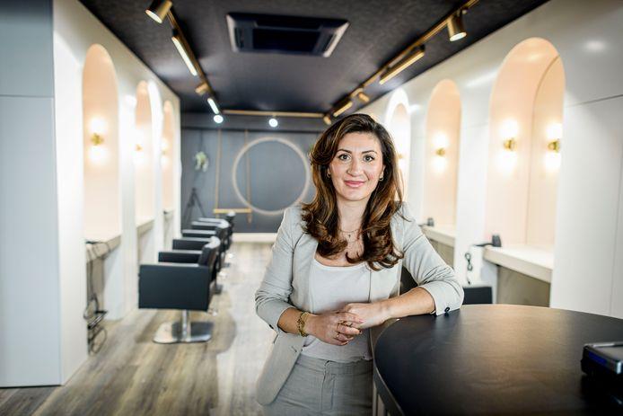 Eigenaresse Nour Ilik-Sarkis in haar net verbouwde kapperszaak Kapstars.