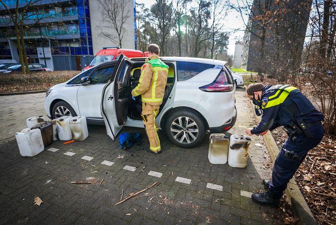 De politie onderzoekt de herkomst van de auto en de vaten