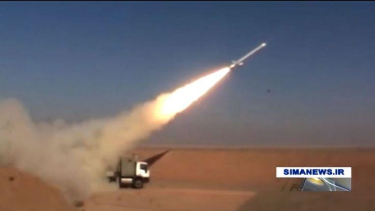 In februari liet de Iraanse staatstelevisie beelden zien van het testen van de Hoveizeh-kruisraket. Deze kruisraket zou een bereik hebben van meer dan 1.350 kilometer. Beeld AFP