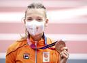 Femke Bol met haar bronzen plak van de 400 meter horden in het Olympisch Stadion tijdens het atletiektoernooi van de Olympische Spelen in Tokio.