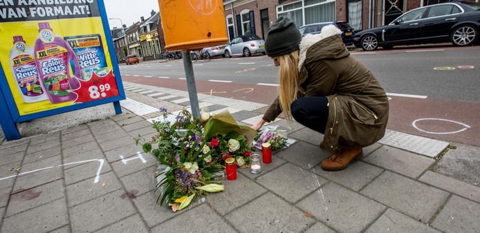 Bloemen van passanten op de plaats waar Bert (62) en Henriette (59) van der Veeken werden doodgereden.