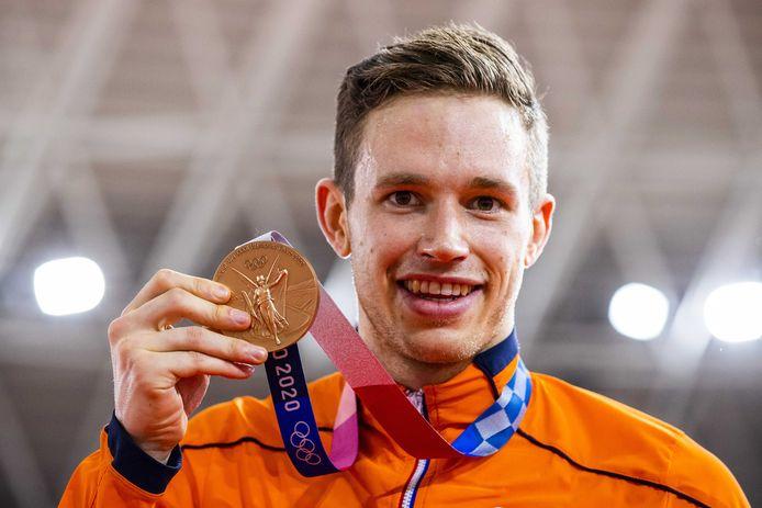 Harrie Lavreysen toont zijn bronzen medaille.