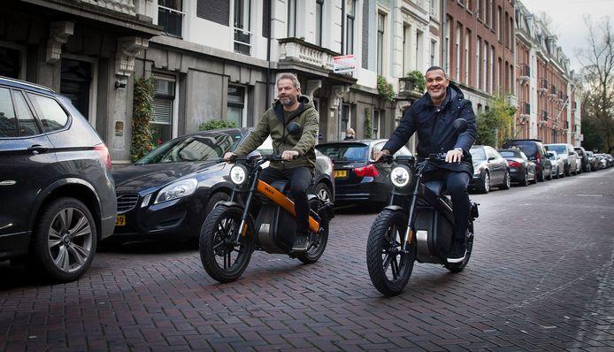 Niels Willems (links) van Brekr en Ruud Gullit rijden een rondje door Amsterdam.