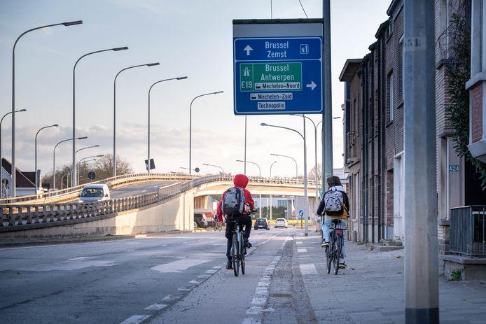 Zowel de fietspaden als het wegdek van de Brusselsesteenweg worden vernieuwd.