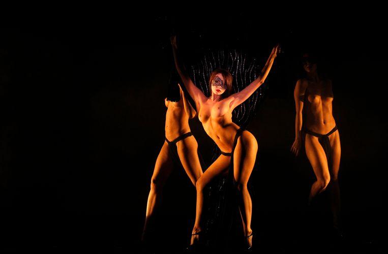 Erotische danseressen in het Le Crazy Horse-theater in Parijs, waar de documentaire 'Feu' het verhaal van vertelt. Beeld REUTERS