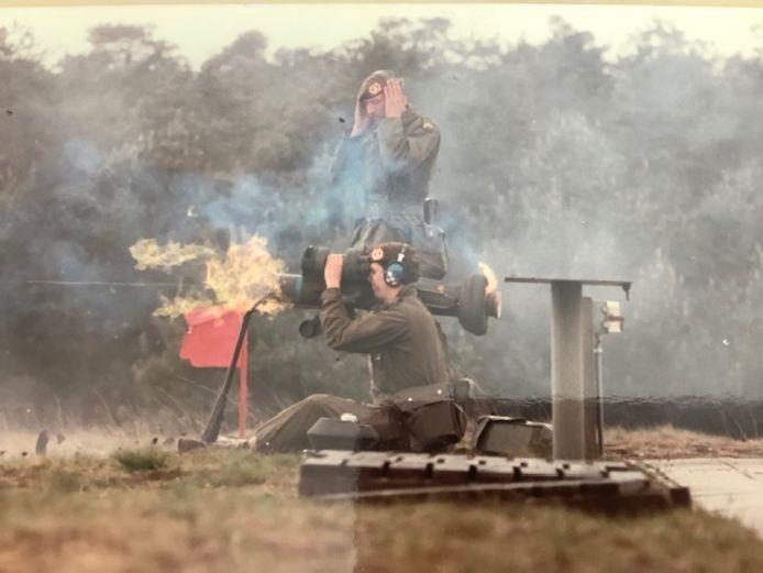 Ronald Blom vuurt met de 'Dragon', een draadgeleid antitankwapen