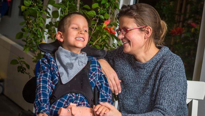 Wikke Kuller met haar zoon Jip.