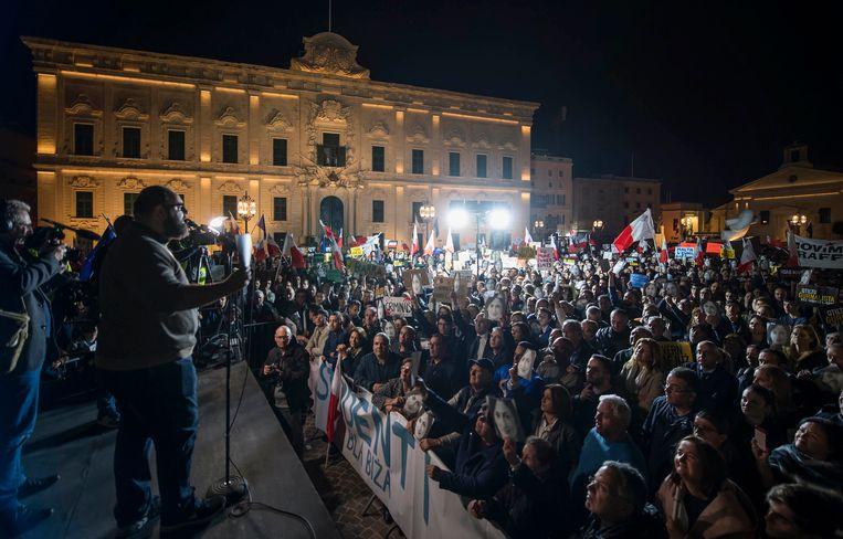 Manuel Delia spreekt de demonstranten toe bij de protesten tegen premier Muscat in Valletta. Beeld AP