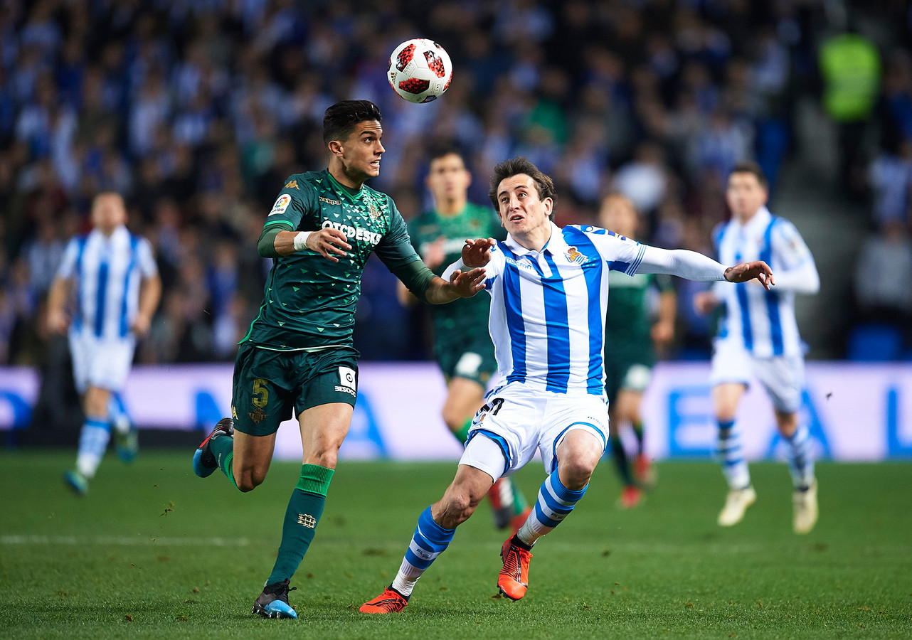 Marc Bartra van Real Betis (links) in duel met Mikel Oyarzabal van Real Sociedad.