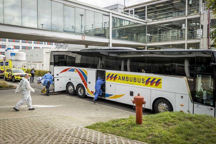 Een speciale ambulancebus met zes coronapatiënten komt aan bij academisch ziekenhuis Maastricht UMC+. De patienten zijn afkomstig uit Rotterdam.