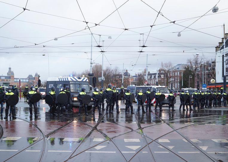 Museumplein, ME'ers tijdens coronaprotest. Beeld Henk Wildschut, Rijksmuseum Asterdam