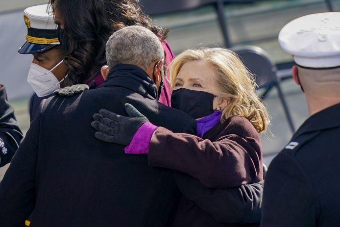 Voormalig minister van Buitenlandse Zaken en ex-first lady Hillary Clinton krijgt een knuffel van Barack Obama.