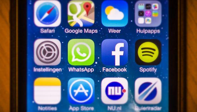 Facebook en Whatsapp op een mobiele telefoon.