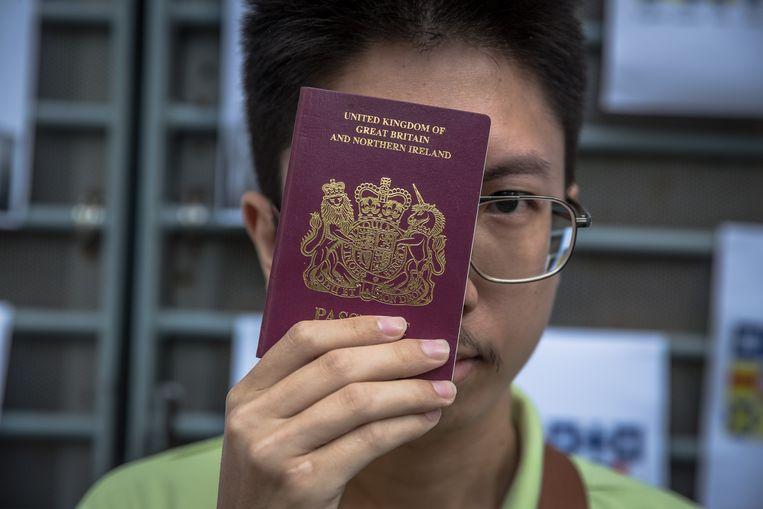 Een demonstrant in Hongkong toont zijn speciale Britse paspoort.  Beeld EPA