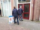 Ambtenaren van de gemeente Zwolle sluiten het pand in Assendorp voor een half jaar.