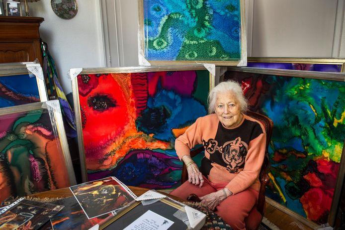 Addy Loomans, omgeven door haar creaties die al ingepakt zijn voor vervoer naar de Stadsgalerij, waar ze dit weekeinde exposeert.