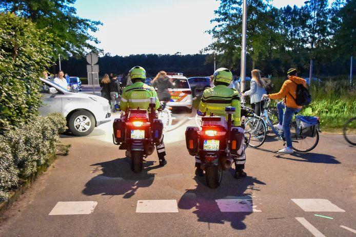 Motoragenten zien er op toe dat de jeugd daadwerkelijk vertrekt