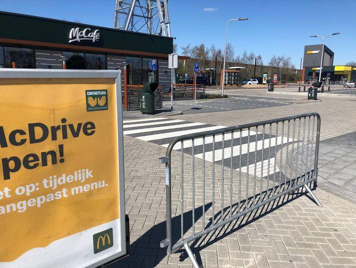 Borden en linten bij een McDonald's in Uden, waar alleen de McDrive open is.