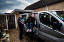 Martin Dijkslag met zijn dochter Mirte voor de oude rolstoelbus die nodig aan vervanging toe is.