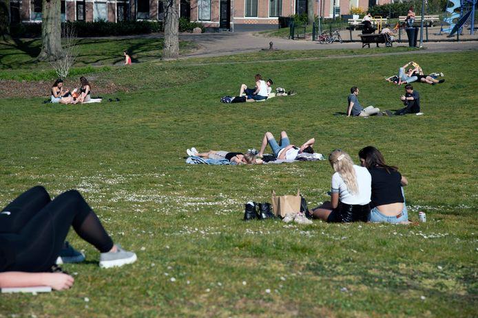 Genieten van de zon in tijden van corona in het Kronenburgerpark in Nijmegen.