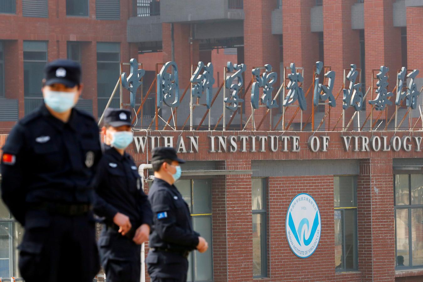 Beveiligers bij het Virologie Instituut in de Chinese stad Wuhan tijdens het bezoek van een team experts van de Wereldgezondheidsorganisatie (WHO) in februari.