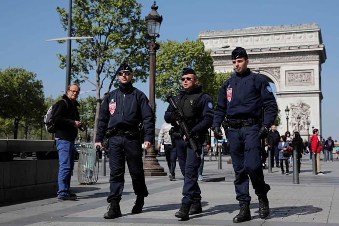De Franse politie patrouilleert de Champs-Elysées een dag na de schietpartij.