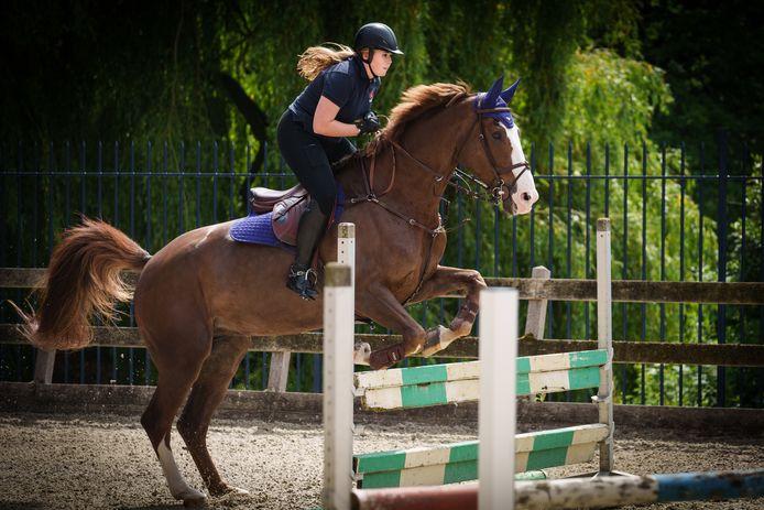 Prinses Amalia op haar paard Mojito. In het boek dat Claudia de Breij over de prinses schrijft, vertelt Amalia over haar liefde voor paarden en de paardensport.